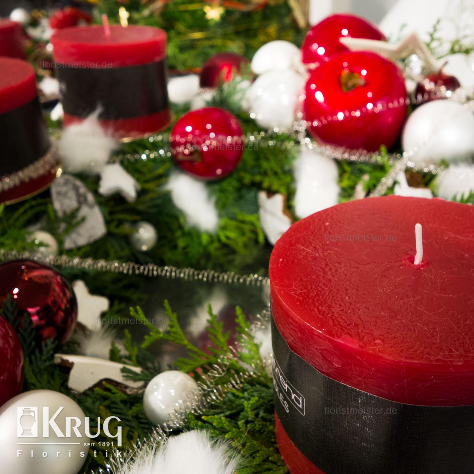 Adventskranz mit Kerzen, Äpfeln und Deko rot-weiß