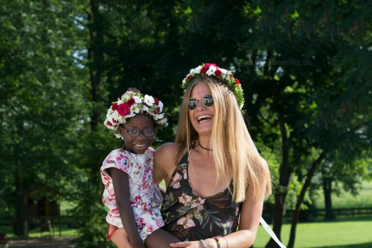 Blumen Kind mit Blütenkranz