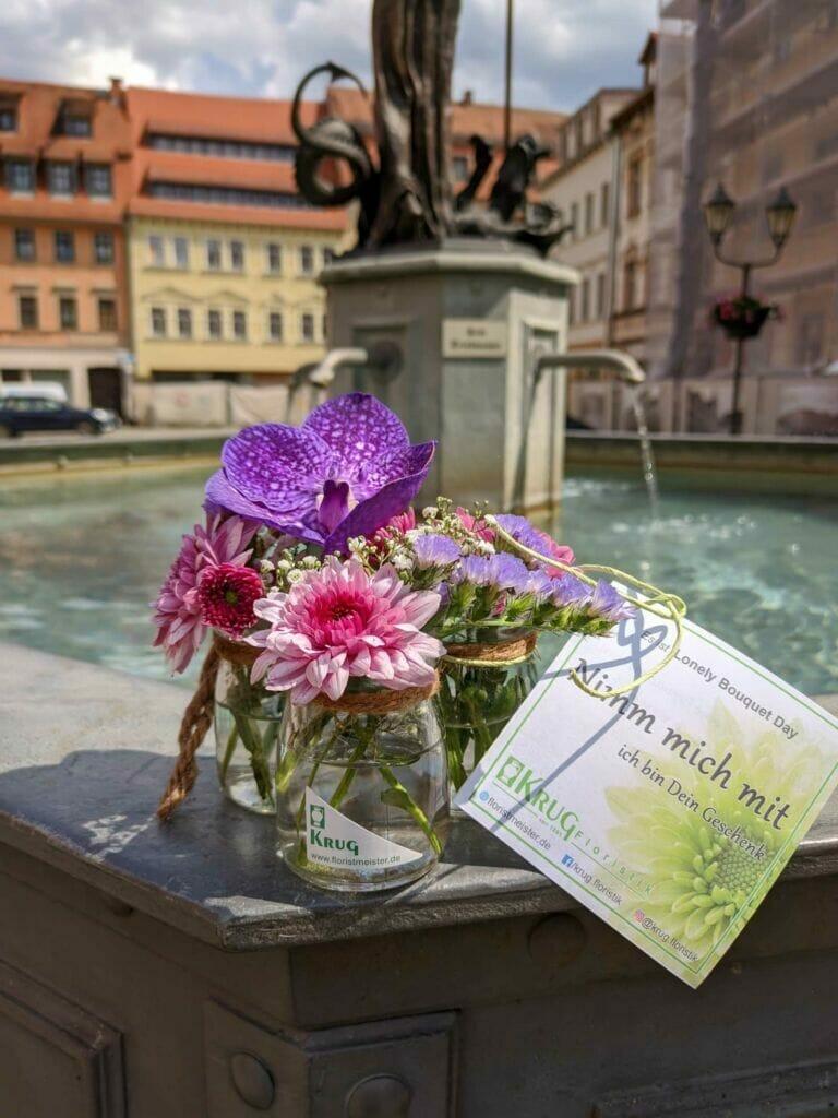 kleiner Blumenstrauß in Vase zum Lonely Bouquet Day 2020 am Marktbrunnen Kahla