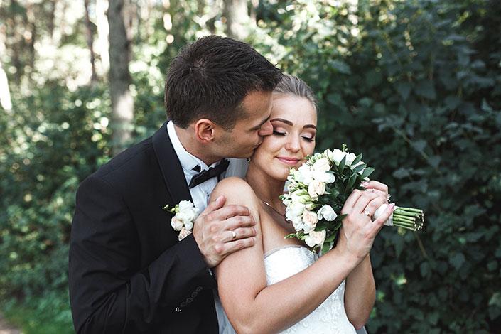 Brautpaar mit Brautstrauss mit weissen Blumen