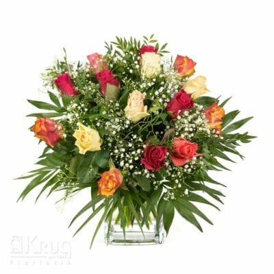 Blumenstrauß aus Rosen in verschiedenen Farben mit Schleierkraut